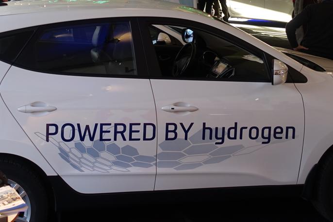 Foreløpig kan denne bilen kun tankes ett sted i Norge, nemlig Uno X sin hydrogenstasjon foran politistasjonen i Sandvika, vest for Oslo.