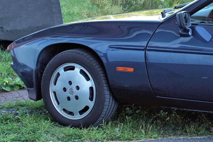 Jeg synes frontpartiet er det vakreste ved bilen. Utrolig at det befinner seg en V8 der inne...